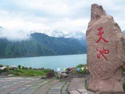 新疆进入旅游旺季 天山天池景区迎来游客高峰