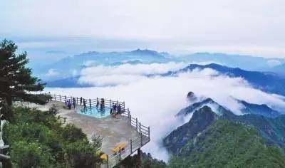 洛阳老君山玻璃栈道位于老君顶主峰上,海拔2217米