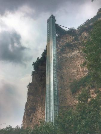 承德兴隆山玻璃桥:总长226米,三个观景平台宽6米