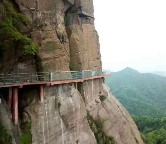 弋阳龟峰高空玻璃栈道位于龟峰景区罗汉献宝到骆驼峰的悬崖峭壁之上
