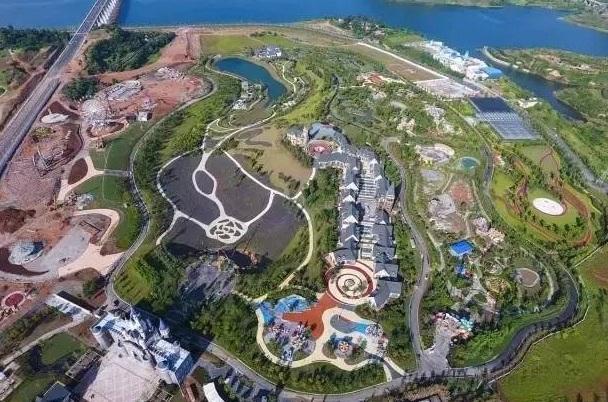 子胥湖欢乐嘉年华2大特色好玩的地方: 好玩1 子胥湖欢乐嘉年华坐落在中国郧阳子胥湖休闲旅游度假区,滨临汉江,占地面积1500亩,总投资10亿元。是鄂西北地区首家大型主题乐园。同时融合自观光、亲子互动、设备体验、异域风情、演艺表演等多项主题元素,以国家5A级景区建设为目标,通过完善的旅游服务设施和丰富的主题文化活动,实现整个园区的智能化、现代化管理,打造集休闲、观光、游乐于一体的综合性主题乐园。 好玩2 集大型游乐设施、超大规模花海、亲子互动体验、情景探险、异域文化、演艺表演、风情商街于一体的多元化大型主