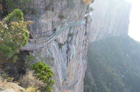 新乡回龙天界山玻璃栈道 玻璃栈道宽1.7米,长290米