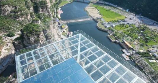 """2018 乐谷银滩 玻璃吊桥: """"乐谷银滩""""位于北京市房山区张坊镇,坐拥"""