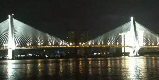 夜游海口湾2大特色好玩的地方: 好玩1 海口市秀英区海口港客运站码头,海口湾1号游船,船长46.2米,宽9.8米,型深3.3米。船体共三层,一层为复古音乐厅,二层为商务休闲厅,三层露台观景厅。可载员约155人。 好玩2 世纪大桥因其雄伟壮观的造型而成为海口一个重要的旅游景观和城市标志性建筑,还有万绿园-园林式热带海滨生态风景公园,其不仅仅是海口市民晨起锻炼、夜晚休闲的好去处,更是兼顾了地震避难所的作用。(航行路线:秀英港西海岸世纪大桥万绿园美源码头秀英港) 下图是夜游海口湾图片: